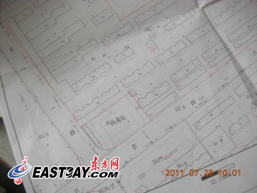 图片说明:沈先生所出示的房产证内小区规划图纸,两条通道均在红线范围