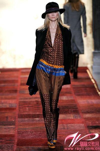 Tommy Hilfiger2011秋冬系列,睡衣造型丝绸上衣与阔腿裤将舒适带入时尚穿搭中