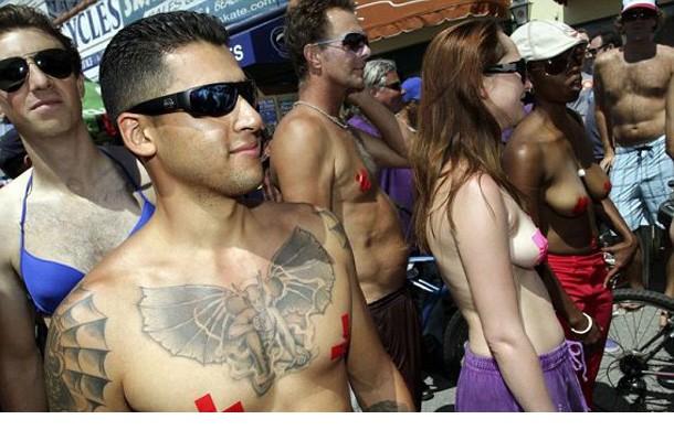 高清组图:美国女性半裸出游捍卫男女平等