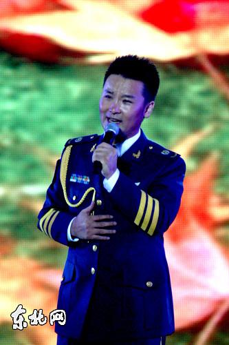 空军政治部文工团刘和刚演唱歌曲《父亲》.东北网记者李博摄