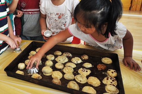 山东邹平县金摇篮幼儿园的小朋友在学习做