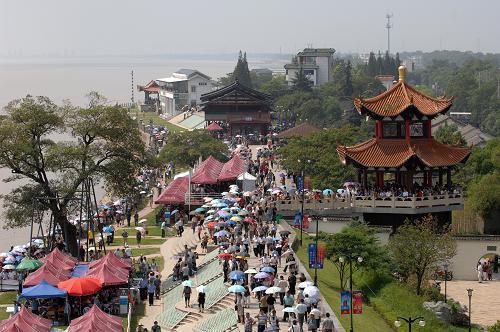 9月14日,許多游客在浙江海寧市鹽官觀潮景區候潮.