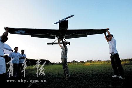 队员们测试飞机的高度控制传感器