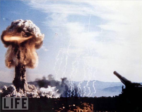 """本组图为《Life》杂志精选的全球核武器震撼事件,包括世界上第一颗原子弹爆炸、原子弹第一次应用于战争、中国第一次原子弹试验成功等几十个震撼全球的大事件。 """"结果-节孔行动""""核试验(Upshot-Knothole)采用榴弹炮发射的方法,将装有核弹头的炮弹发射到远处,并且在空中爆炸。图中这枚搭载有核弹头的炮弹行进了超过6英里的距离,最终在距离地面500英尺的空中爆炸。"""