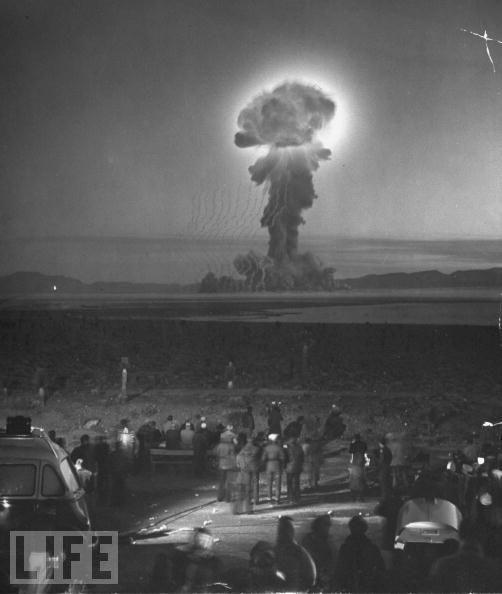 1953年,在一次对外开放的核试验测试过程当中,媒体工作人员以及记者站在离爆炸地点7英里的地方观看。