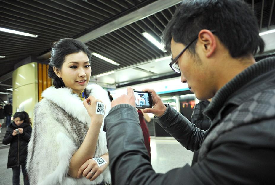 清:南京地铁一号线上演旗袍秀 市民狂拍美女手