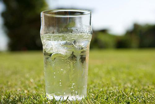 中医认为,夏至后,阳气外发,伏阴在内,即身体是外热内寒,因此,饮食不可过寒。
