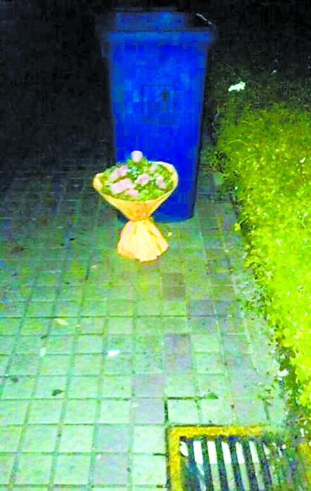 小学生送花 老师扔进垃圾桶图片
