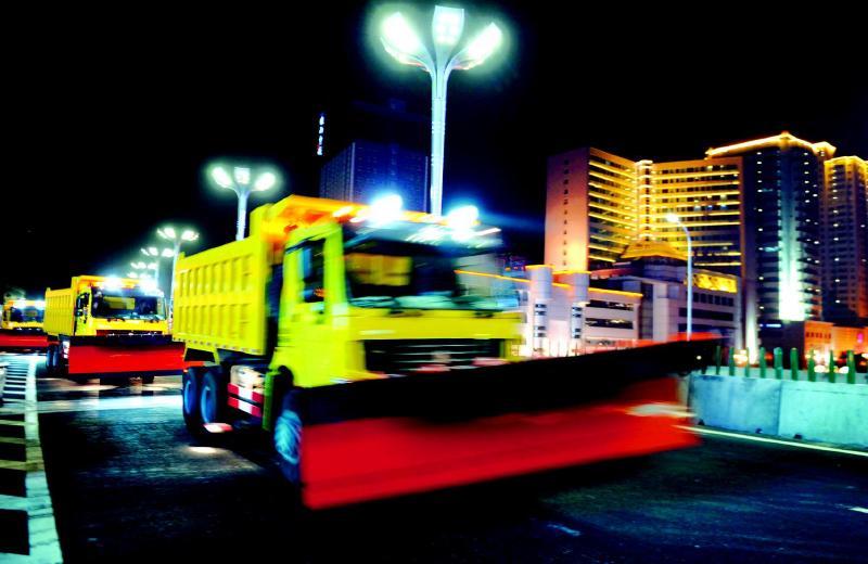 """乌鲁木齐市城市快速路管理中心组织清雪车辆,在刚刚建成试通车的""""田"""""""