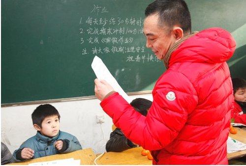 鹅打工子弟学校一年级的小朋友学习情况,并鼓励孩子们继续努力、