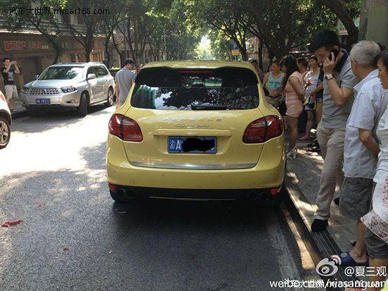 重庆:女子疑与男友吵架 开保时捷撞对方玛莎拉