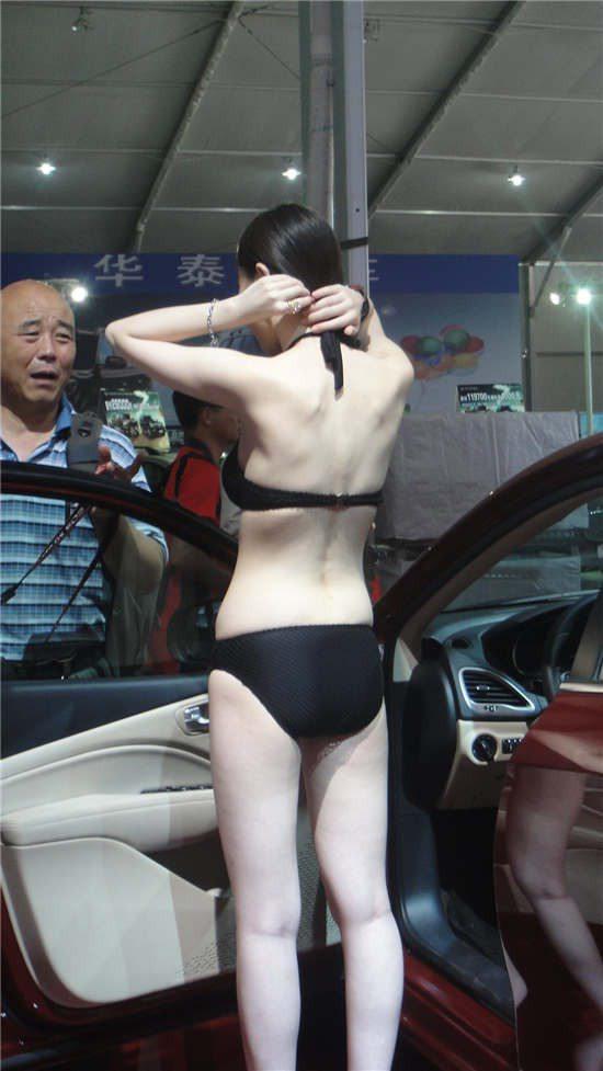 玲珑曲线全裸露 美女车模迷人的背后风光 汽车