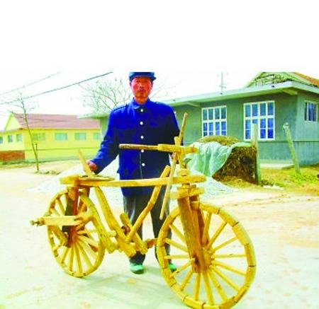老大爷自制的木头自行车