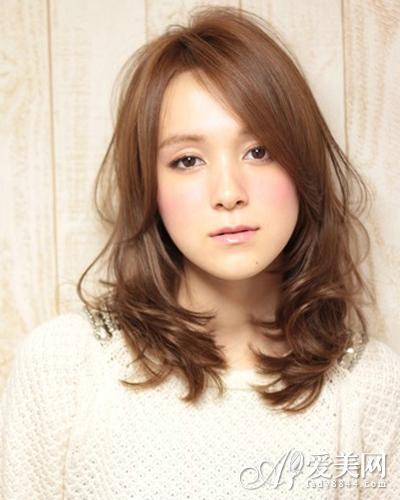 额头高的侧分刘海卷发发型-额头高MM完美发型 诠释俏丽可爱图片