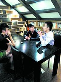 """上海海事大学的大学生创业者们正在进行""""头脑风暴""""。 资料"""