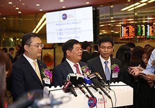 曹德旺董事长(中)接受媒体采访