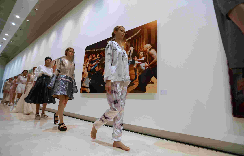 新华社照片,罗马,2015年7月7日   (锐视角)(1)欧洲设计学院毕业生和她们的毕业时装秀   7月6日,模特在意大利罗马展览宫展示服装设计师弗朗西斯卡的设计作品。   当日,欧洲设计学院服装设计系毕业作品秀在罗马展览宫举行,作品秀共展示29名毕业生的42套时装作品。欧洲设计学院成立于1966年,除在意大利罗马、米兰、都灵等7个城市设有学校外,还在西班牙马德里、巴塞罗那等地设有分校区,每年向时尚界输送众多优秀人才。   新华社记者金宇摄