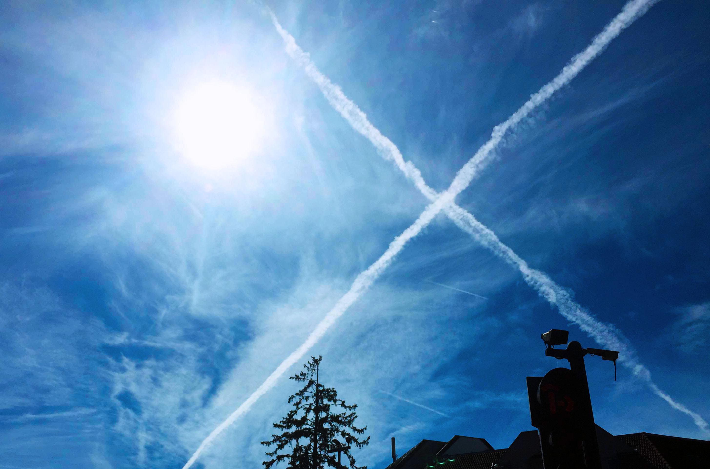 7月28日,在瑞士日内瓦国际机场附近,两架飞机飞过天空后的拉烟形成