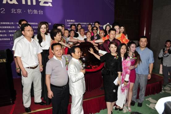 图说:2015中国超级模特争霸赛正式启动 参加中国超级模特争霸赛,是专业模特梦寐以求的奢华瑰丽梦;在超级模特争霸赛中获奖,是中国模特界最高荣誉象征和走向成功的的标志。 本赛事旨在:爱党爱国;慈善公益、自然美丽、和谐健康;引领行业风气;沉淀和诠释中国超级模特争霸赛的历史文化及品牌价值;通过发展本赛事,打造全国规格最高、规模最大、最具影响力的模特艺术盛会,打造属于我们中华民族自己的模特文化产业专业赛事的世界品牌、打造成国内最具慈善魅力和公益性格的模特行业高端专业赛事,填补国内空白,向世界弘扬中国精神、凝聚中