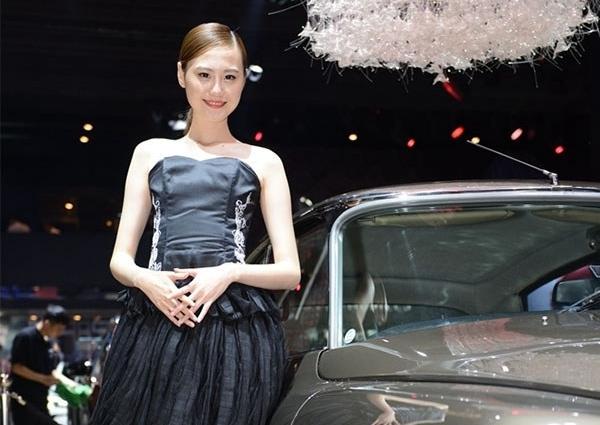 广州车展 气质车模亭亭玉立