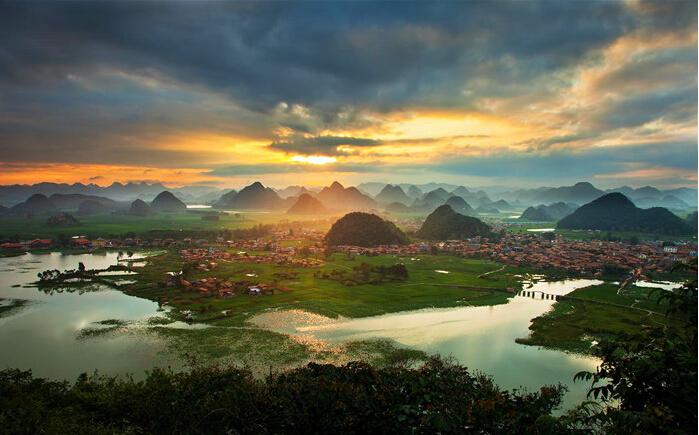 """在2015云南""""年度最受游客欢迎10大旅游景区""""中高居榜首."""